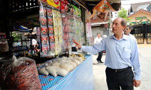 Paul Bulcke, Nestlé Chief Executive Officer, visiting a market stall in Thailand