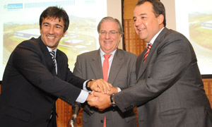 Mr. Vinicius Farah, Mayor of Três Rios, Mr. Ivan Zurita, Head of Nestlé Brazil, and Mr. Sérgio Cabral, Governor of the State of Rio de Janeiro