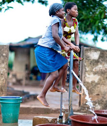 Women using a water pump in Côte d'Ivoire