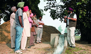 Nestlé agronomists and Indian farmers discuss sustainable water management