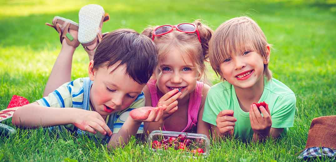 kids eating berries